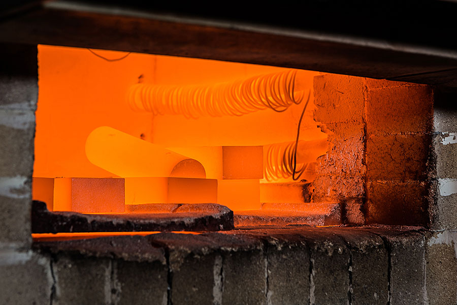 Look in the chamber furnace for homogenization annealing of the AlNiCo-castings