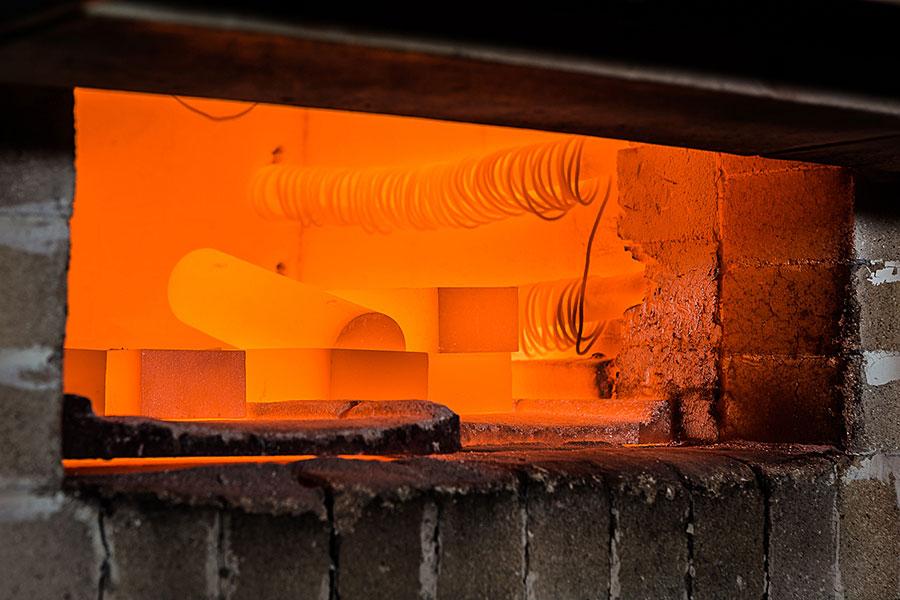 Blick in den Kammerofen zur Wärmebehandlung der AlNiCo-Gussstücke