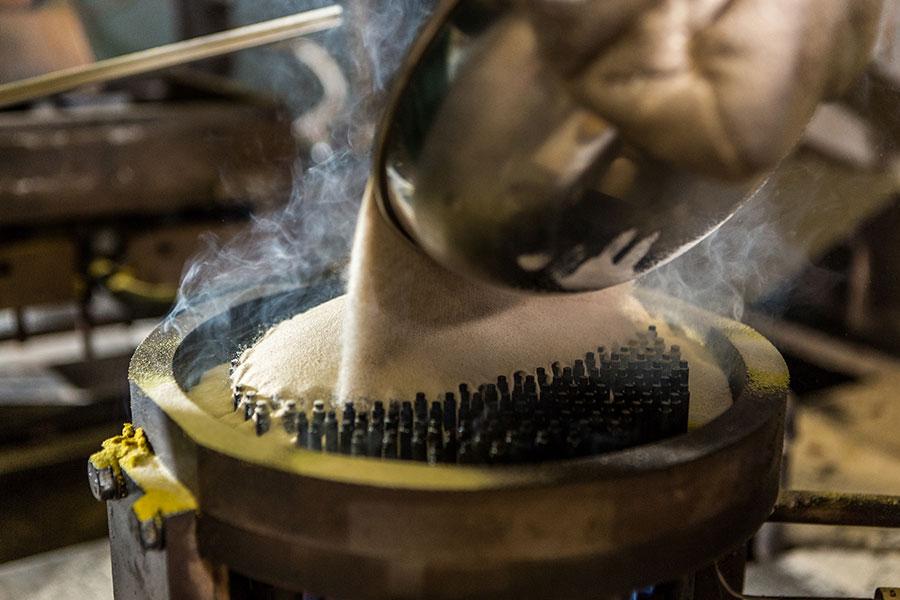 Einfüllen des Formstoffes (Sand) in das Werkzeug