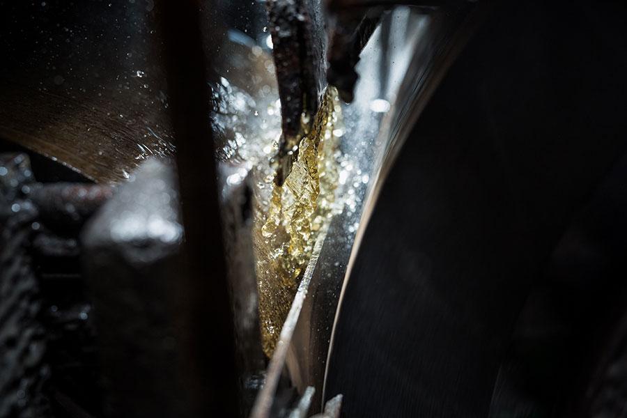 Kühlschmierstoff beim Aussenrundschleifvorgang der AlNiCo-Magnete