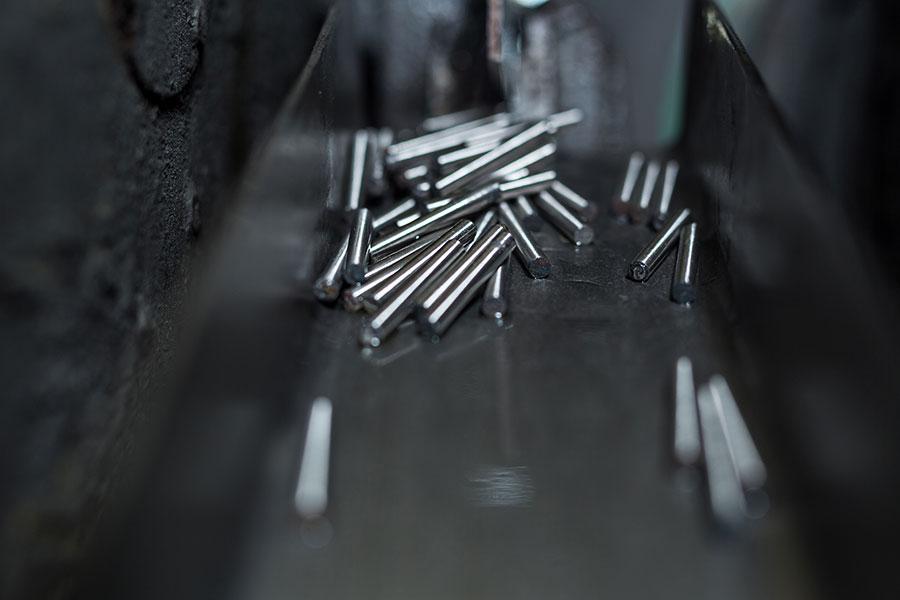 Austrag der aussenrundgeschliffenen AlNiCo-Magneten