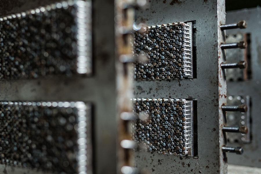 Spannrahmen mit den zu schleifenden AlNiCo-Magneten